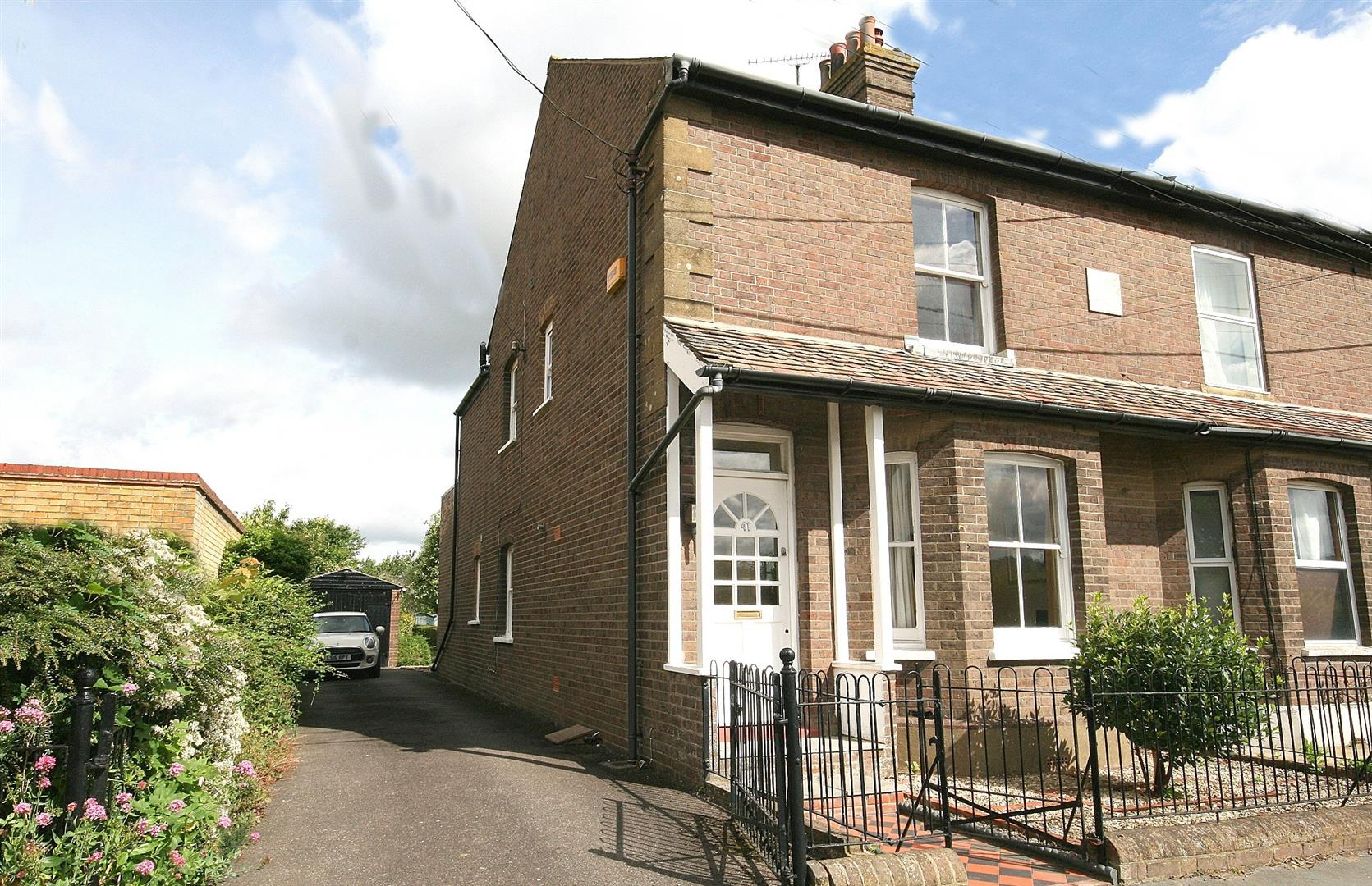 3 Bedrooms Semi Detached House for sale in Marsworth Road, Pitstone, Bucks.